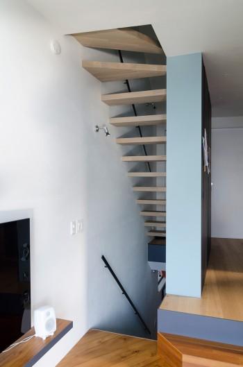 2階リビングから階段周りの空間を見る。ここでも多くの色彩が使われている。