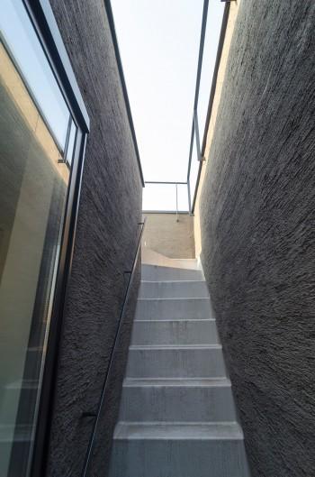 屋上へと至る外部階段。