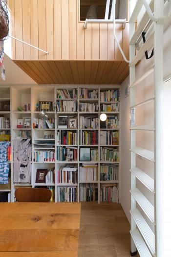ダイニングの西側の壁面には、壁一面の書棚を造り付けた。大きな机はダイニングテーブルとしても、仕事をするデスクとしても使える。