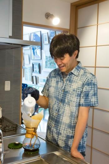 キッチンでコーヒーをいれる高石さん。「キッチンが広くて充実しているので、料理をするのが楽しくなりました」。