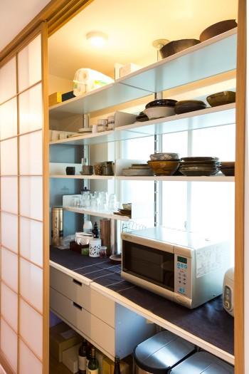 キッチン背面に造り付けた食器棚。食器は益子の寺村光輔氏や小鹿田の坂本工・創親子など陶芸家の作品が多い。