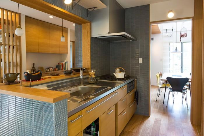 キッチンとダイニングの間に建具はなく、行き来しやすい。「先日はこのキッチンで、イタリア料理好きの友人が料理教室を開いてくれました」。総勢17人ほどが集まったそう。