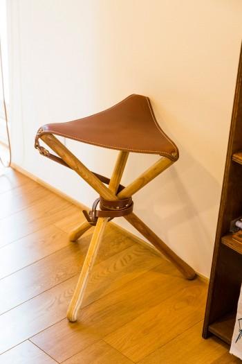 革製の折りたたみスツール。住まいのあちこちに、椅子やスツールが置かれている。