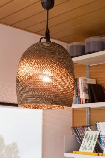 段ボール製のランプシェード。