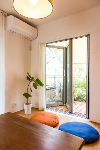 2階の和室だったところ。フルオープンにできるサッシと室内から段差なく続くデッキが、外部との一体感を高める。