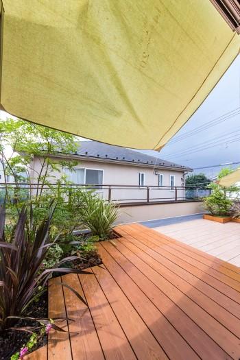 「ヘーベルハウスは屋上の防水がしっかりしているので、システムプランターと自動灌水装置を設置して植物を育てています」。