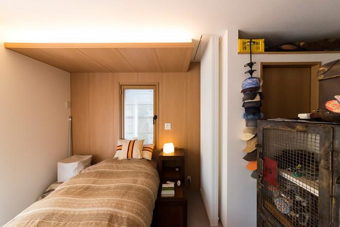 2階の寝室。右手はウォークインクローゼット。
