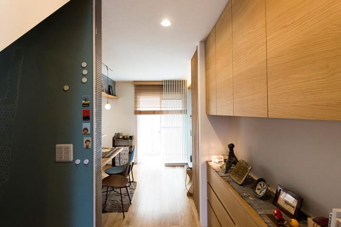 玄関ホールからからキッチン・リビング方向を見る。左手の黒板塗料を塗った壁はダイニングに続いている。