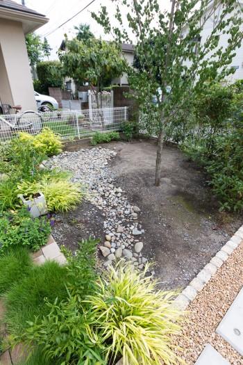 庭のデザインは、ランドスケープアーキテクトの小出兼久さんに依頼。「雨水を活用できる雨の庭をつくってもらいました」。