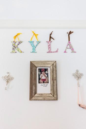 海来(かいら)ちゃんのお部屋の壁。キュートな写真と味のあるフレーム、お花模様のアルファベットのバランスが最高。