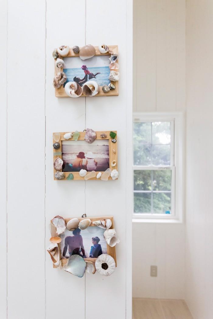 バスルームの壁には、貝殻やガラスを飾ったフォトフレームに、海で撮った写真を入れて。