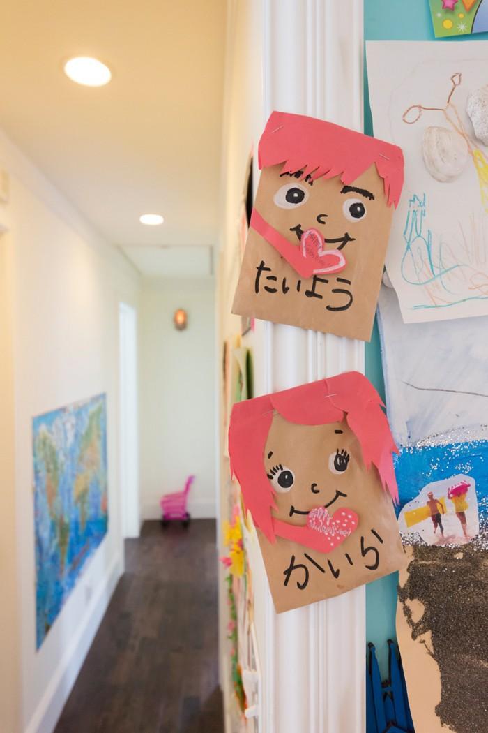 ふたりの名前を書いた工作は柱にペタリ。廊下の世界地図は子どもの目の高さに貼る。