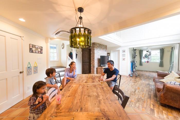 家族4人が囲む大きなダイニングテーブルは『カリフォルニア工務店』で作ってもらったもの。