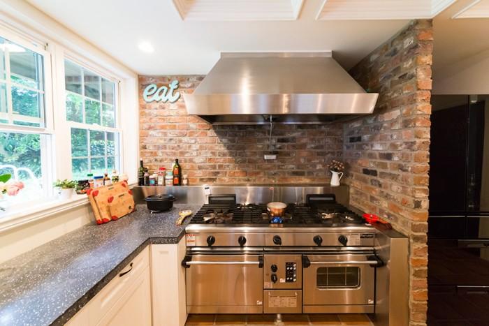 「僕が作る料理のいい匂いが2階に伝わって、自然と食卓に家族が集う家を作りたかった」と雄大さん。キッチンは業務用のマルゼンをチョイス。
