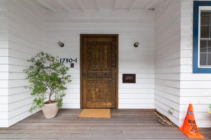 大きな玄関ドアは特注品。その横には真鍮の封筒型のポスト。