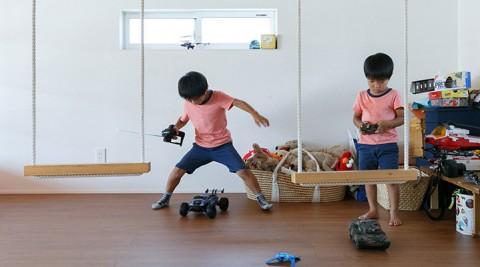 3人兄弟の笑い声に満ちるハンドメイドが住まいを彩るアトリエ併設の3階建て住宅