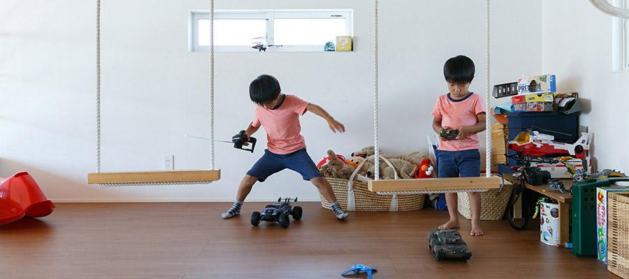 3人兄弟の笑い声に満ちる ハンドメイドが住まいを彩る アトリエ併設の3階建て住宅