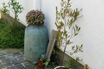 絵理さんの作品である水琴窟を花台として使っている。