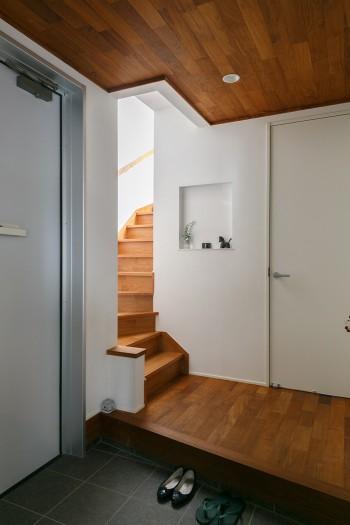 玄関。階段をのぼると2階のLDKへ。