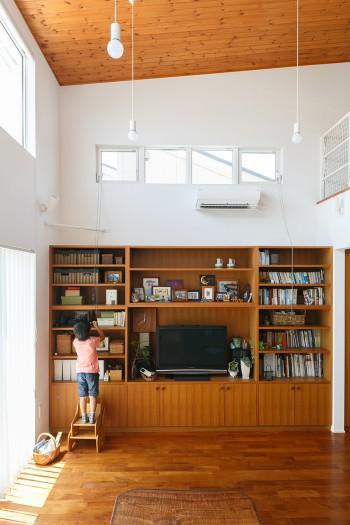 リビングの天井高はなんと5メートル。床材はチークを自分たちで支給して張ってもらった。