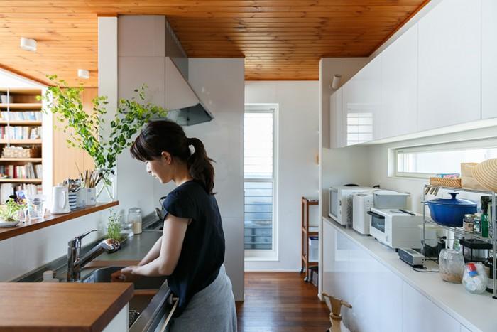 収納たっぷりで使いやすいキッチン。回遊性もあり機能的。