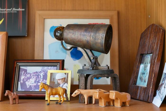 リビングの棚に飾られていた絵理さん作のオブジェ。馬の小物は「名前に馬が入っているので、ついつい集めてしまうんです(笑)」とのこと。
