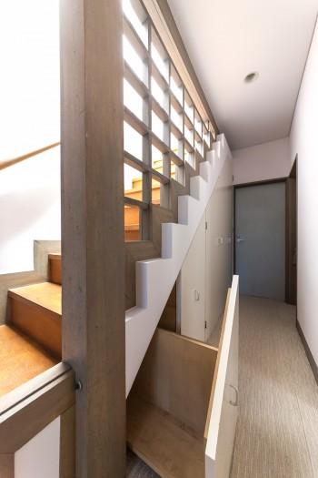 格子壁を使った階段。下のスペースは収納や洗濯機置き場に。
