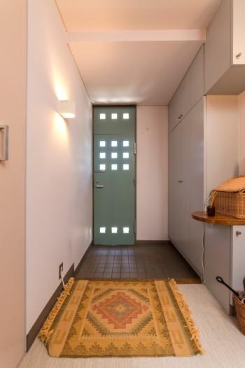 玄関ドアも採光とデザイン性が考えられた面白い造り。