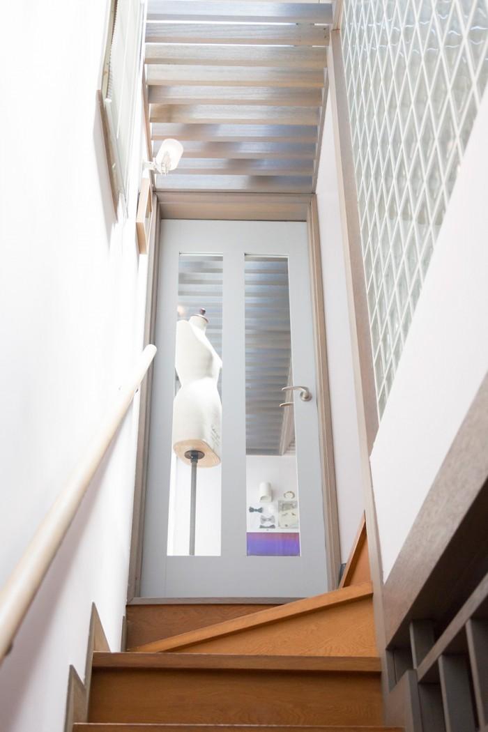 天窓やガラスブロックなど、採光の工夫で光が抜ける。
