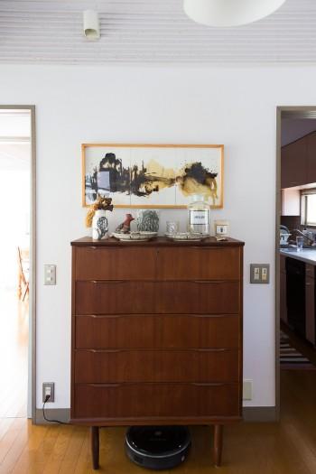 アンティークのチェストの上は、友人のアーティスト、レイ・イナバさんの作品。
