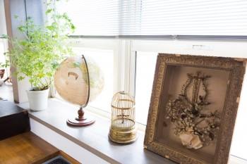 ヴィンテージライクな地球儀、アメリカで買った鳥かご、パリで買ったアンティークの額を窓際に飾る。