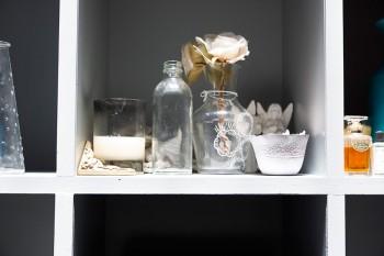 アンティークのガラス瓶がシャビーシック。