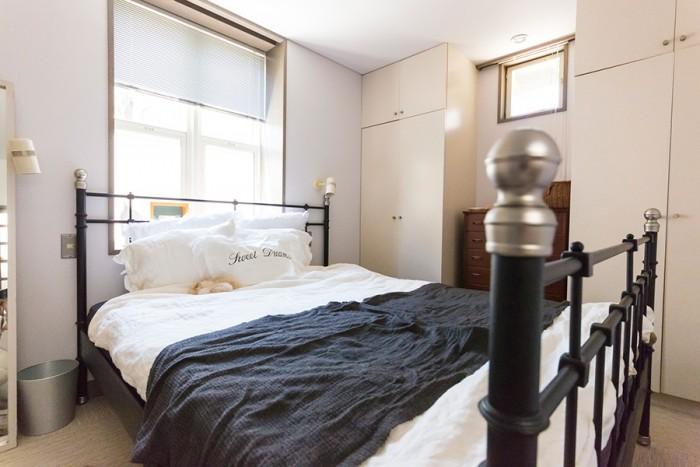 高級ホテルのように見事にコーディネートされているベッドルーム。ベッドはIKEA。