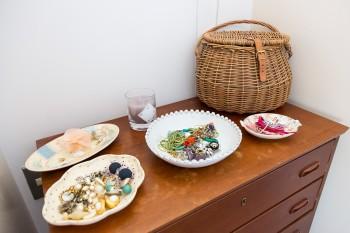 アクセサリー入れにしているのはスージー・クーパー、アスティエ・ド・ヴィラッド、マチルド・イン・ザ・ギャレットなどのお皿。