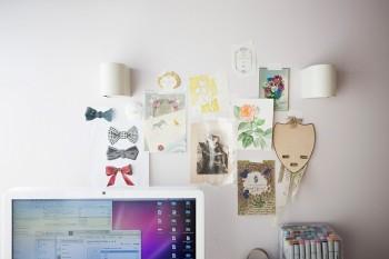 自分で作ったDMなどを壁に貼っている。ひとつひとつがアート作品のよう。