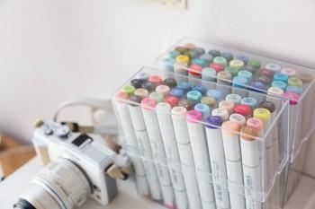 景都さん愛用のカメラとカラーペン。