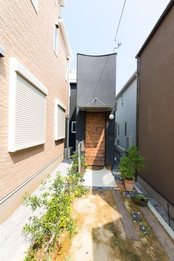 住宅街の一画。路地の奥まったところに玄関が現れる。