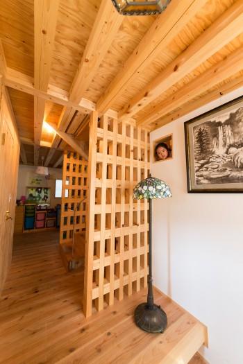 大黒柱である格子壁が姿を表す。小さな窓など至る所に抜けと、遊びを考えた配慮がなされている。漆喰の壁が木となじむ。