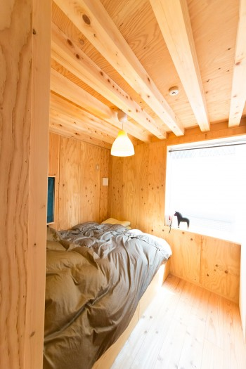 中2階のベッドルーム。無駄なもののないシンプルな空間と、無垢の木が清々しさを感じさせる。