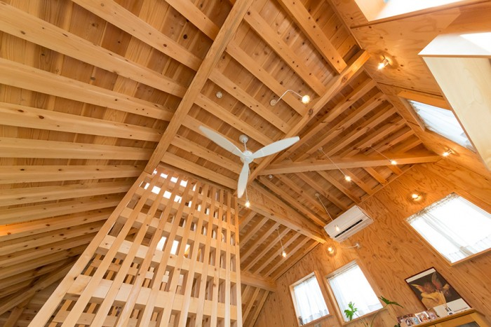 傘の先端の部分。天井高の高いリビングが、開放感を与える。