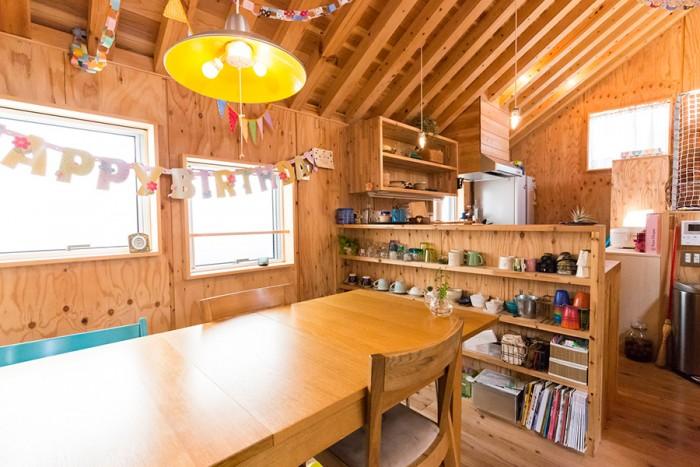 子供たちの飾り付けが楽しい、明るいダイニング。作り付けの棚などで、収納もすっきり。
