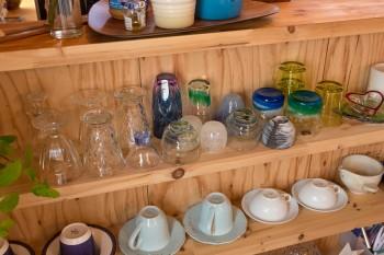 奥様のご両親は石垣島出身。ひとつひとつ味のある琉球ガラスを愛用。