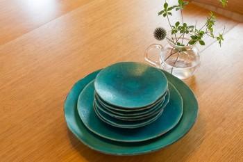 鮮やかな色彩の陶器は信楽焼。長女の好きなルリタマアザミとドウダンツツジを飾る。