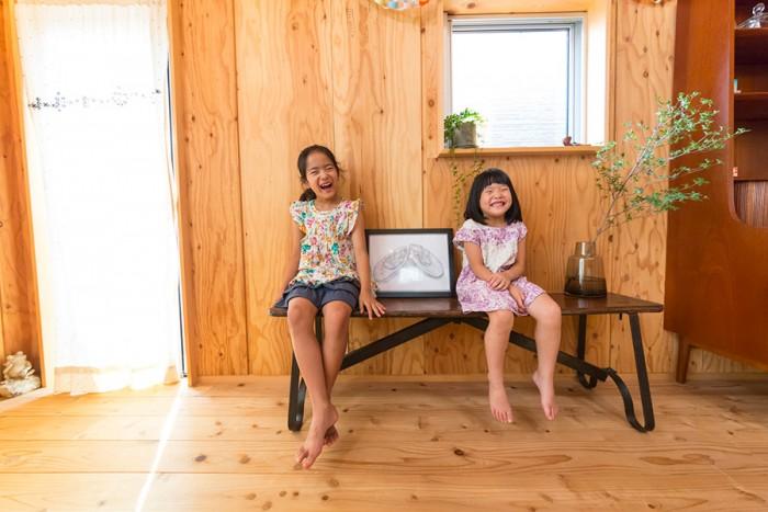長女の葵ちゃんと次女の萌ちゃん。中央の絵は葵ちゃん作。ふたりともバレエやピアノを習う。