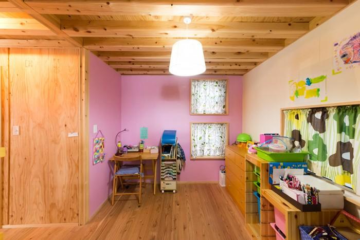 1階の子供部屋。みんなで塗ったペンキが、部屋のアクセントに。