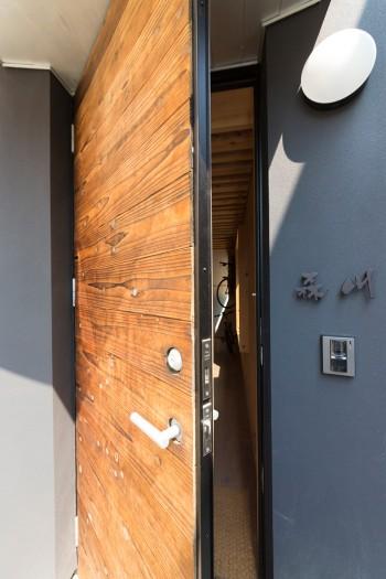 ご主人が焼いた板を貼付けた玄関のドア。渋い味を出している。