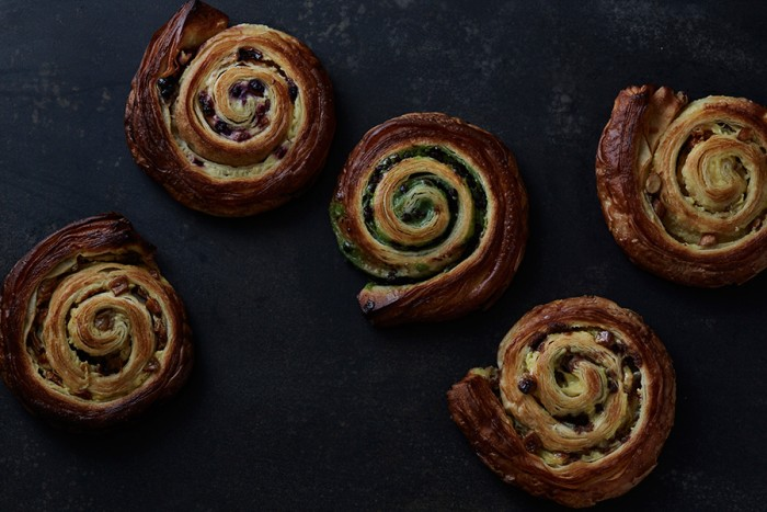 渦巻き型の「エスカルゴ」はヴィノエワズリーを代表するパンのひとつ。長時間寝かせて折り込んだクロワッサン生地に、自家製カスタードクリームと旬のフルーツやナッツがたっぷり。日本限定フレーバーも旬に応じて展開する。