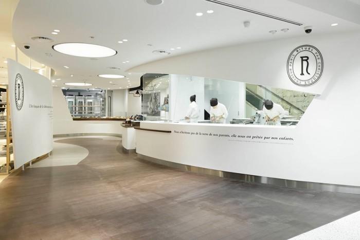 店の顔でもある「エスカルゴ」をイメージし、ゆるやかな曲線を描くようデザインされた店内。オープンな工房はひとつひとつのヴィノエワズリーが出来上がるまでの工程を間近に見ることができる。