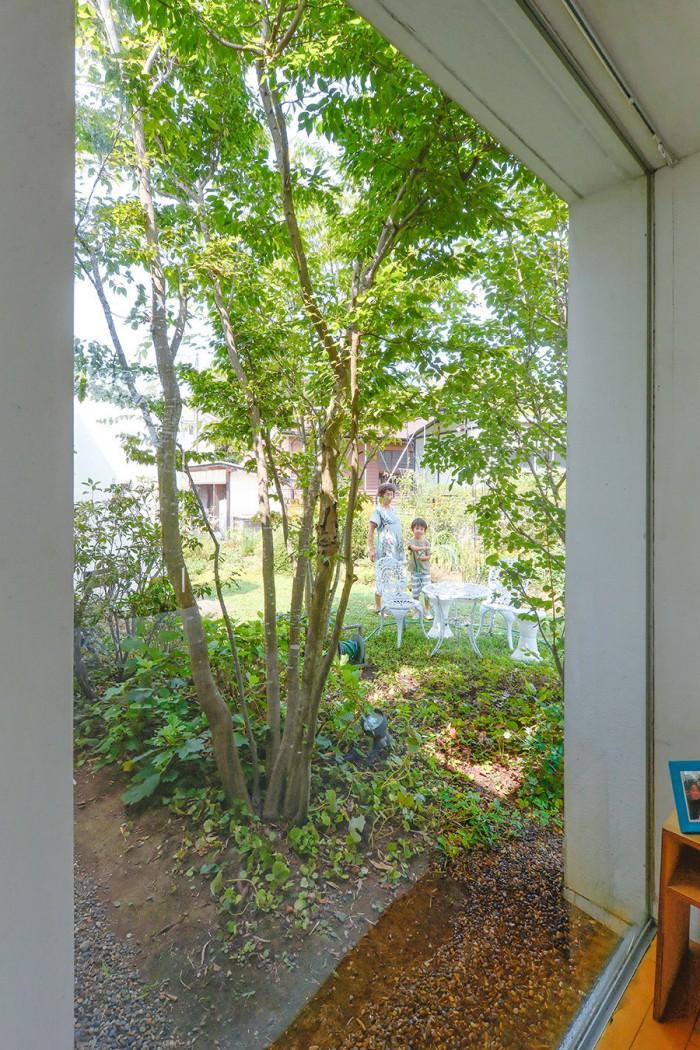 寝室から庭にいる奥さんと蒼介くんを見る。