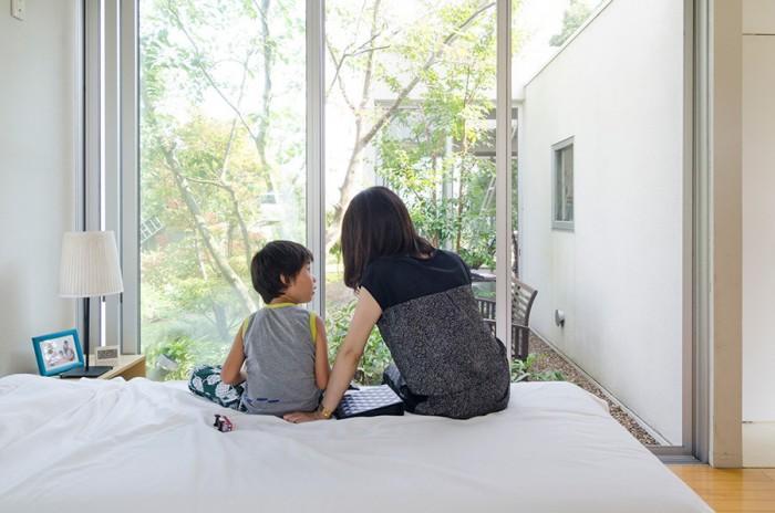 寝室の蒼介くんと健太郎さんの妻の由梨さん。由梨さんはこの家のインテリアを担当した。